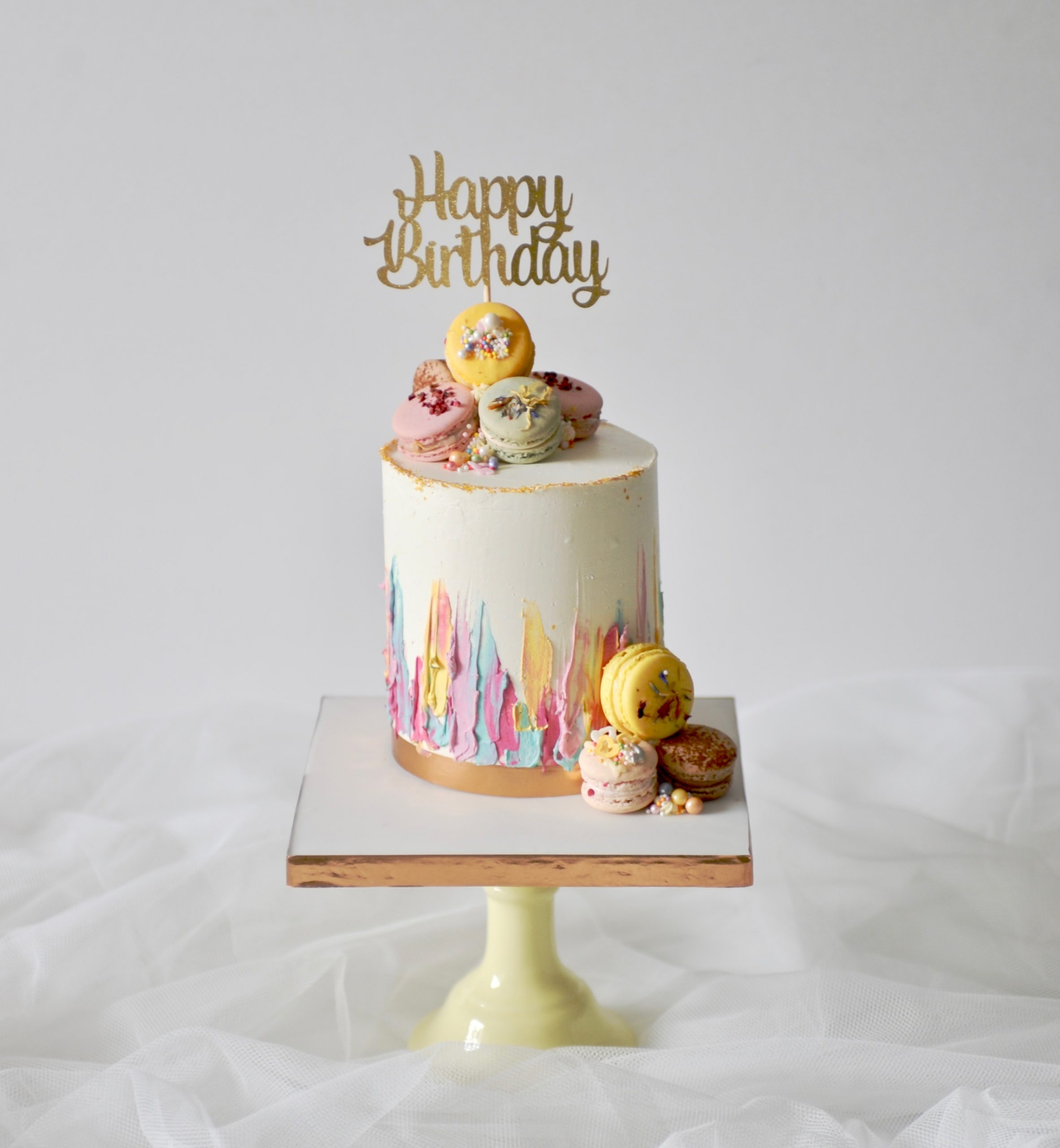 Macarons topper drip cake